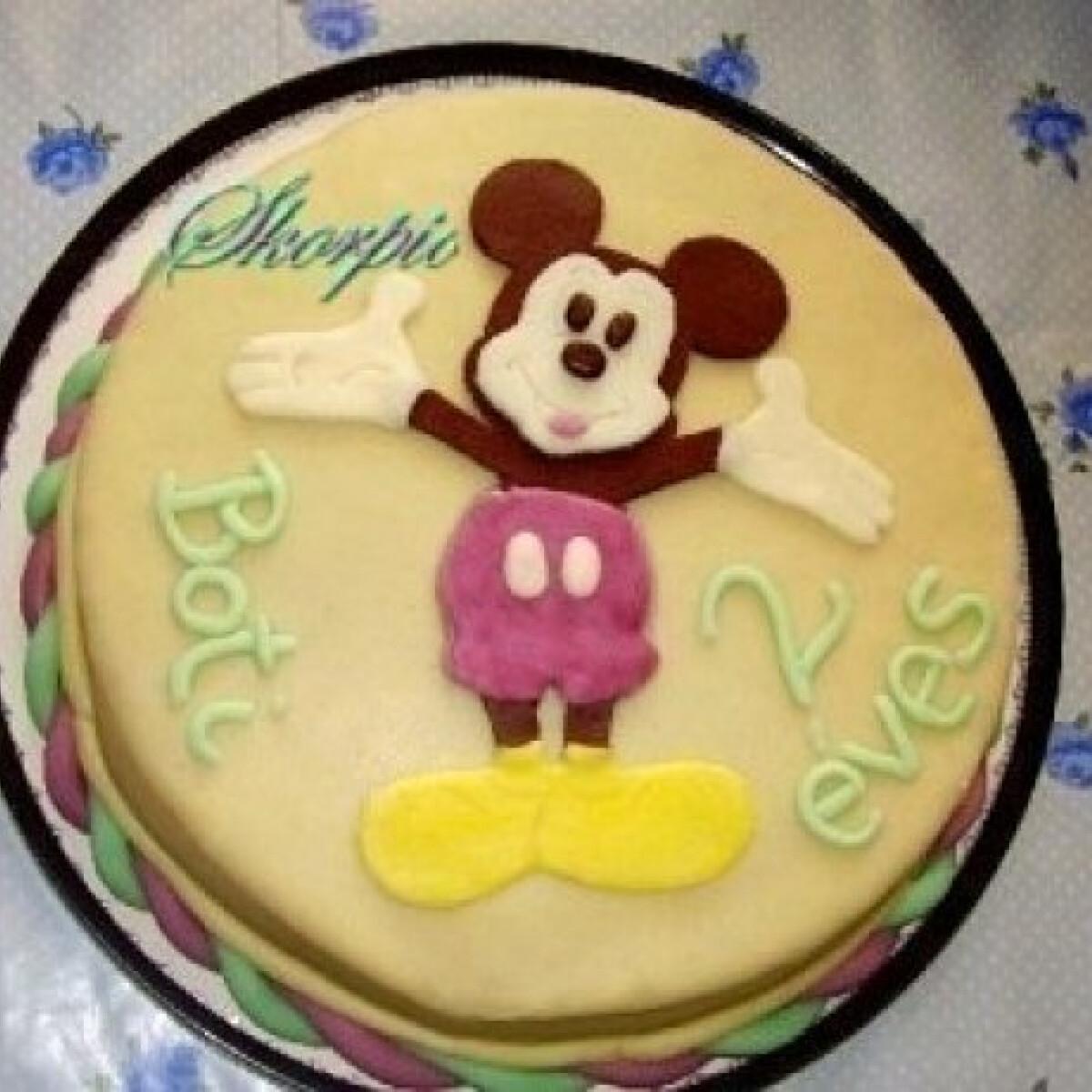 Ezen a képen: Almás-szegfűszeges torta Mickey-vel