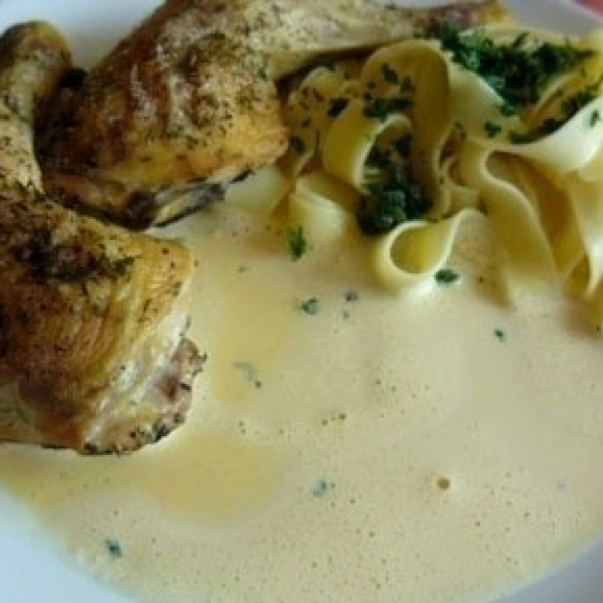 Ezen a képen: Sült csirke finomszószban
