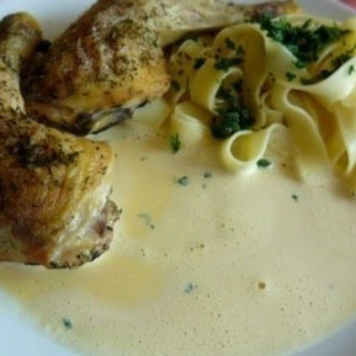 Sült csirke finomszószban
