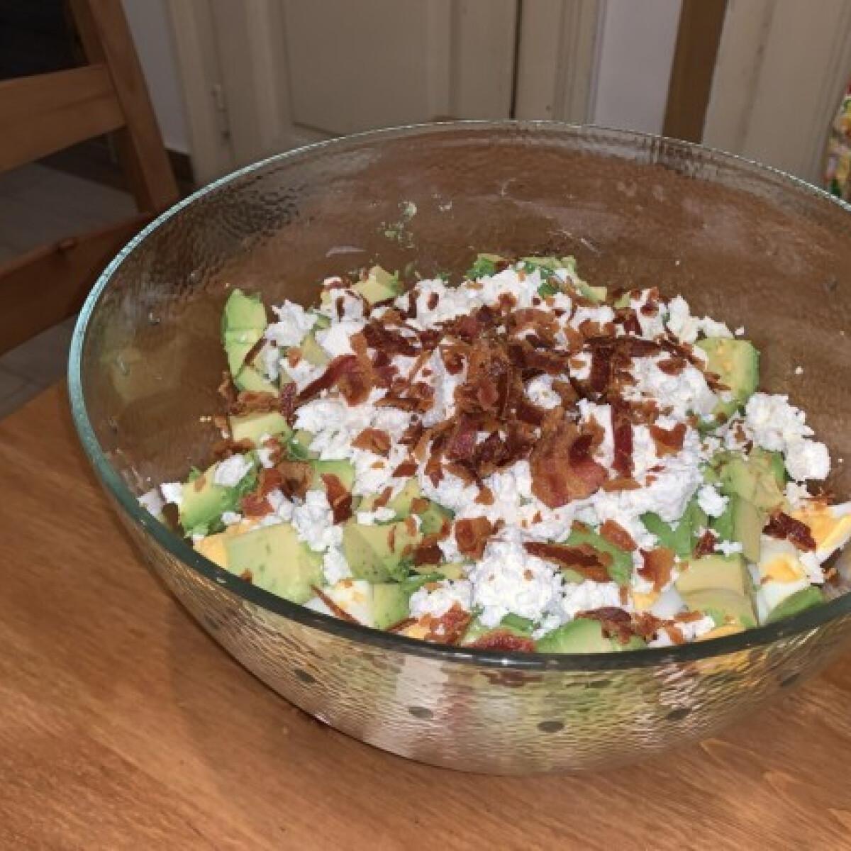Ezen a képen: Baconös-tojásos avokádó-saláta