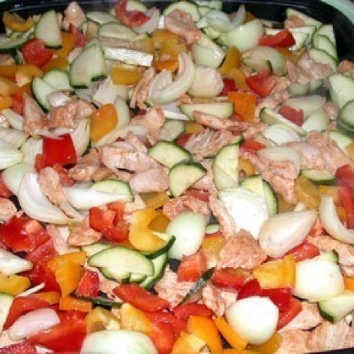 Ezen a képen: Pulykafalatok színes zöldséggel