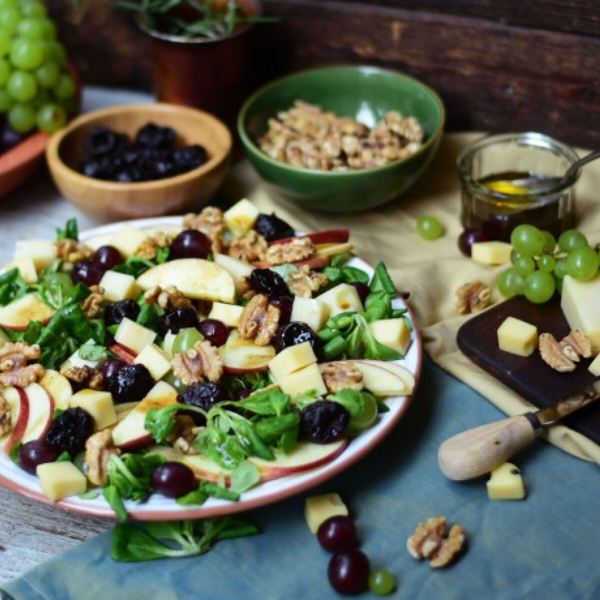 Ezen a képen: Szőlős-diós-sajtos salátatál