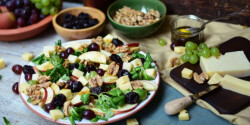 Szőlős-diós-sajtos salátatál