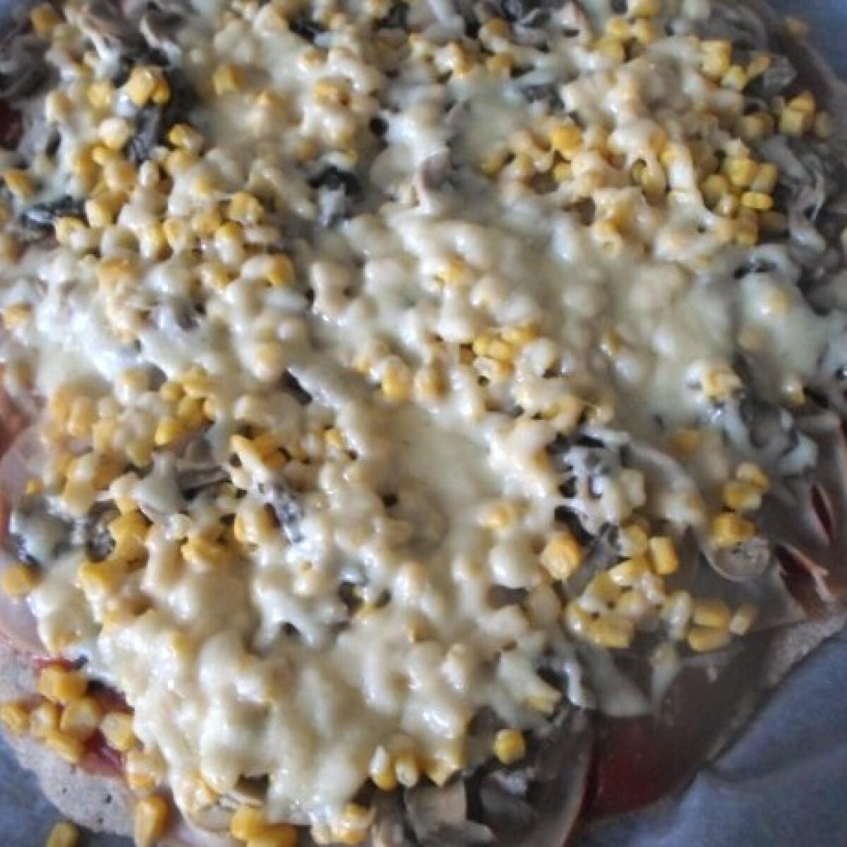 Sonkás-gombás-kukoricás pizza