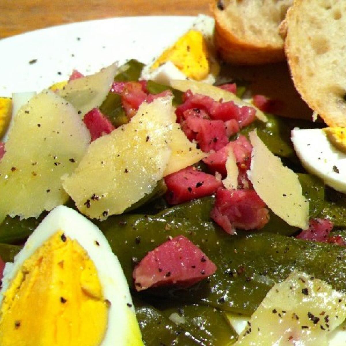 Ezen a képen: Meleg sonkás újborsó saláta
