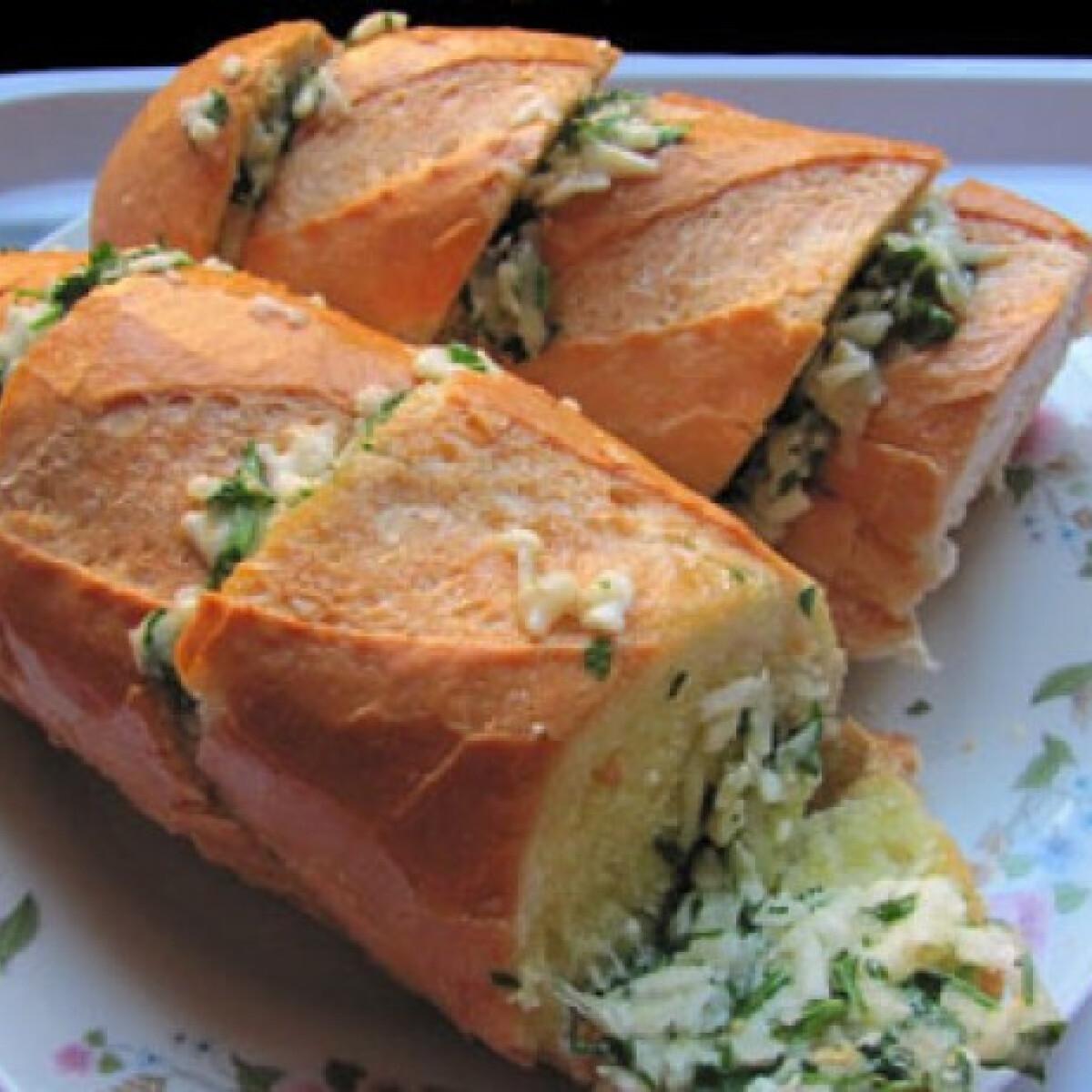 Ezen a képen: Hugh hamis pesto-s kenyere