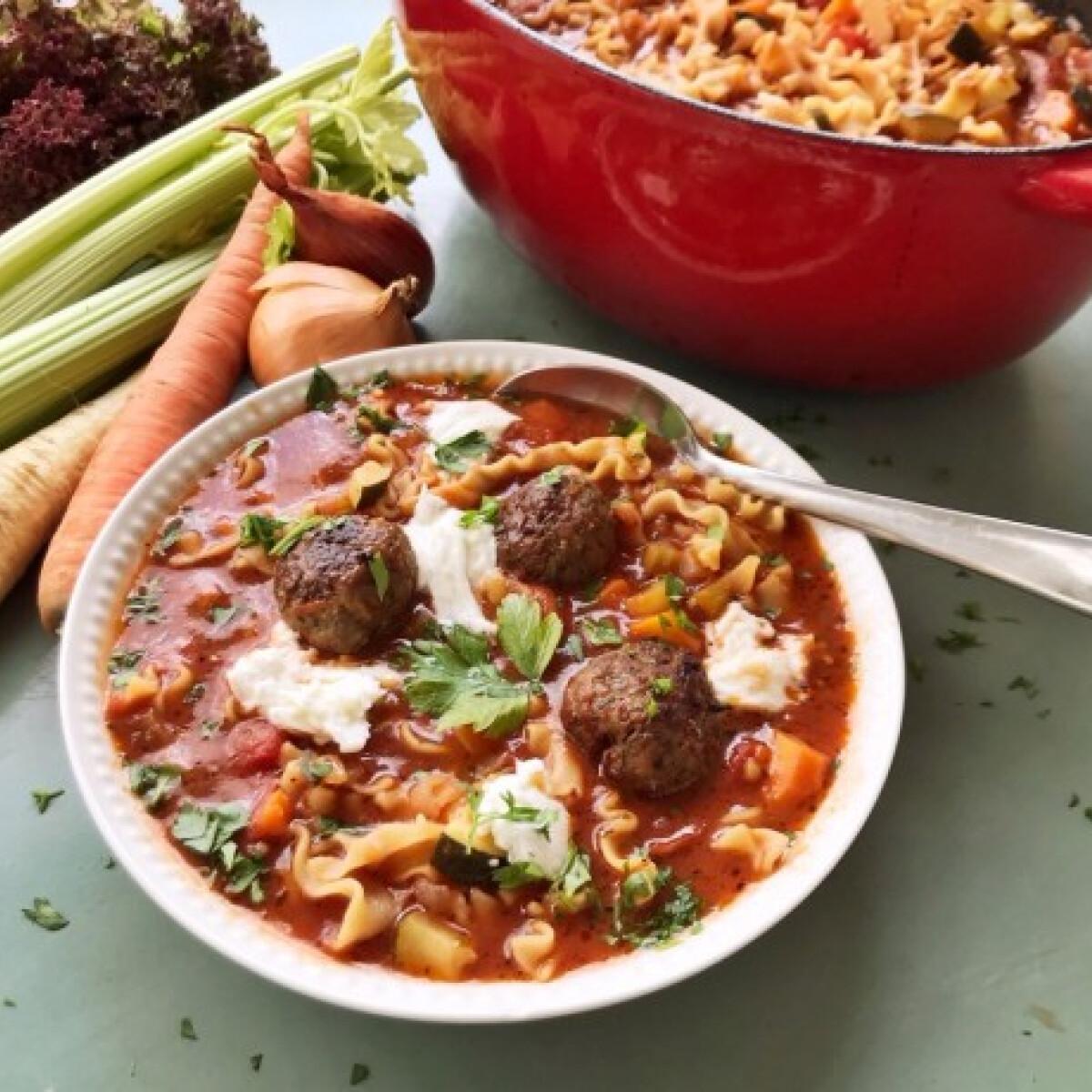Ezen a képen: Húsgombócos lasagne-leves