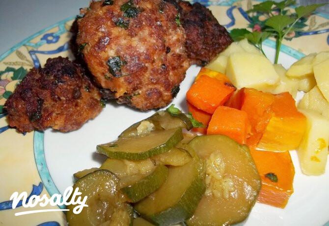 Ezen a képen: Fasírt krumplival cukkinival és sült sütőtökkel