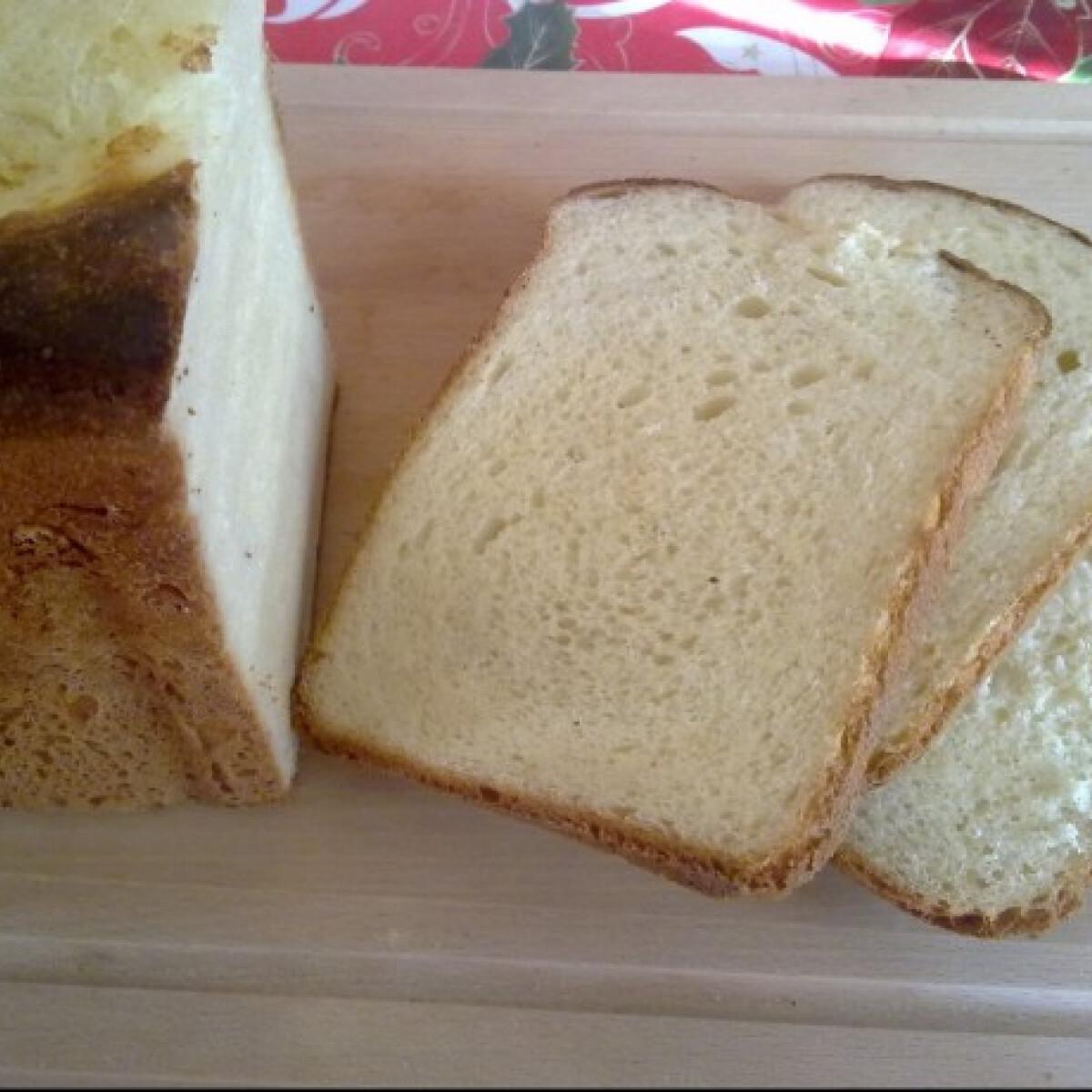 Ezen a képen: Fehér krumplis kenyér kenyérsütőben sütve