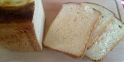 Fehér krumplis kenyér kenyérsütőben sütve
