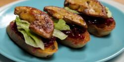 Libamájas falatkák, lilahagyma-lekvárral és salátával