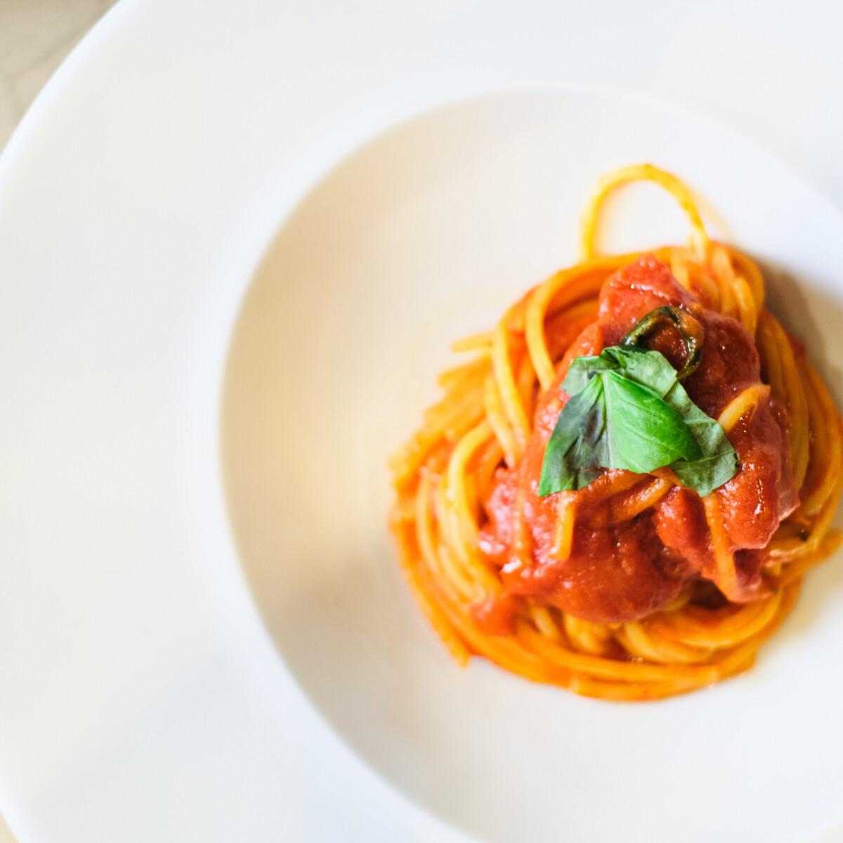 Ezen a képen: Paradicsomos spagetti bazsalikommal