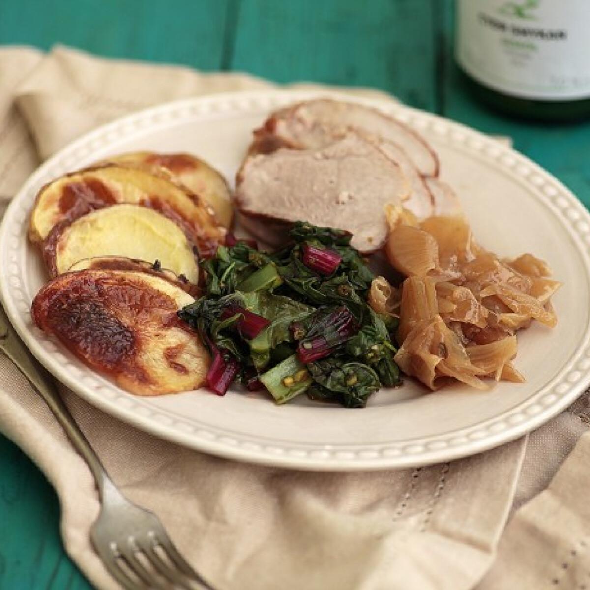 Ezen a képen: Omlós sertéssült roppanós krumplival és tavaszi zöldekkel