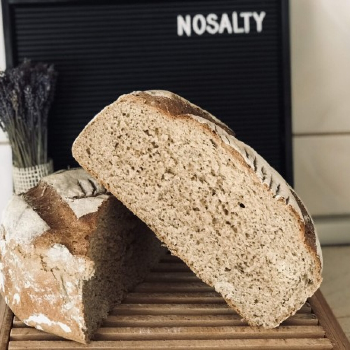 Ezen a képen: Félbarna magvas kenyér egyszerűen
