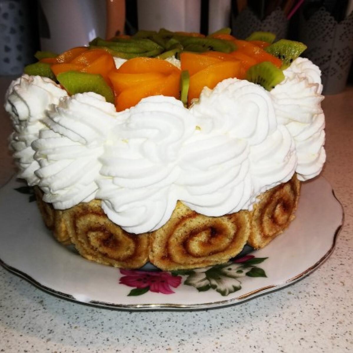 Ezen a képen: Barackos piskótatekercs-torta