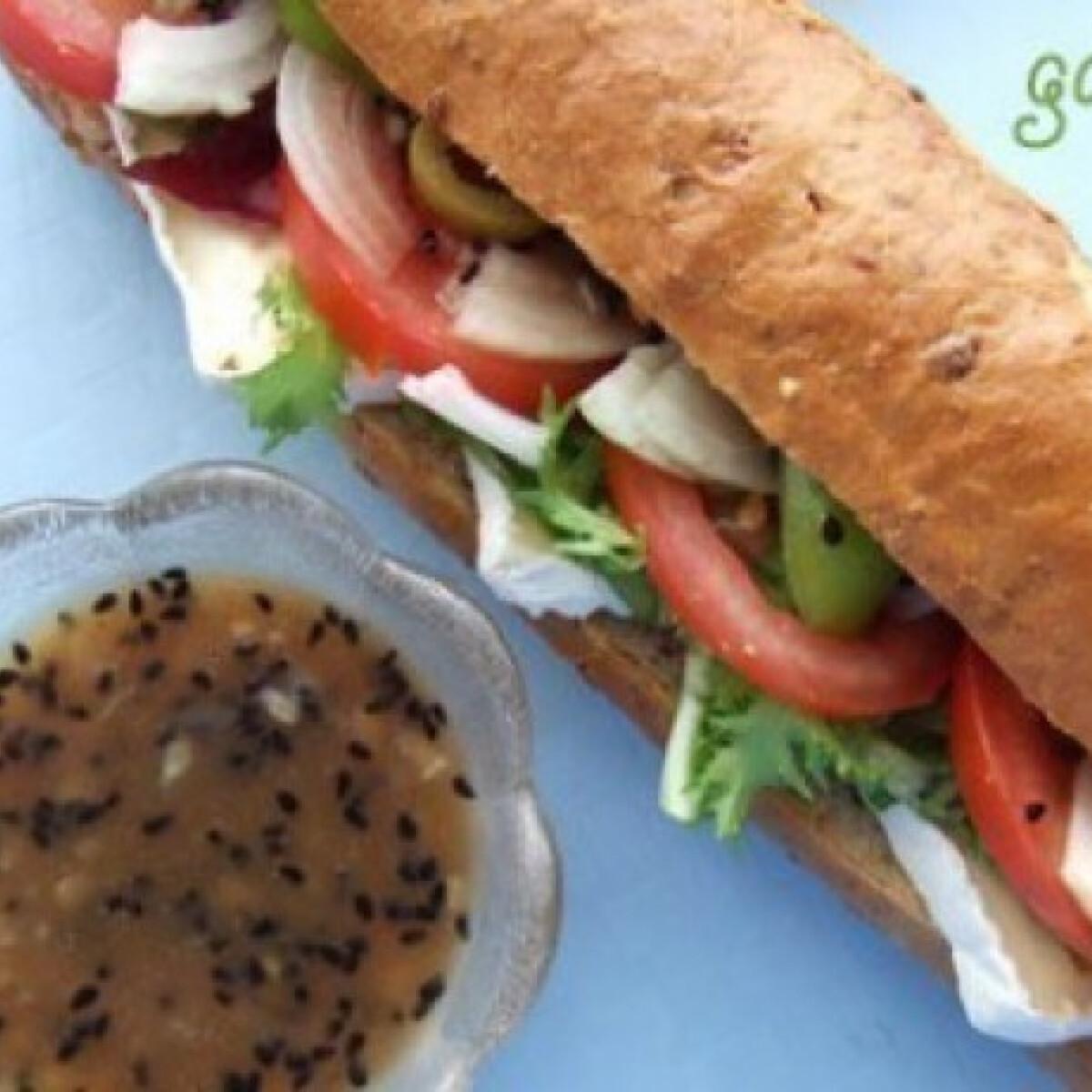 Ezen a képen: Extra zöldséges szendvics édeshagymás szósszal