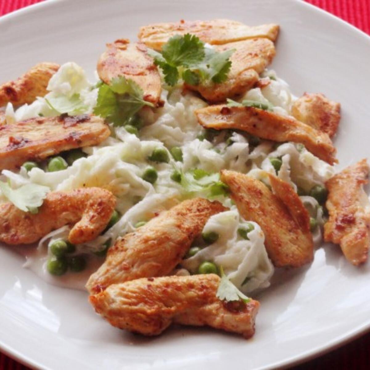 Ezen a képen: Karalábé-zöldborsó saláta korianderes joghurttal
