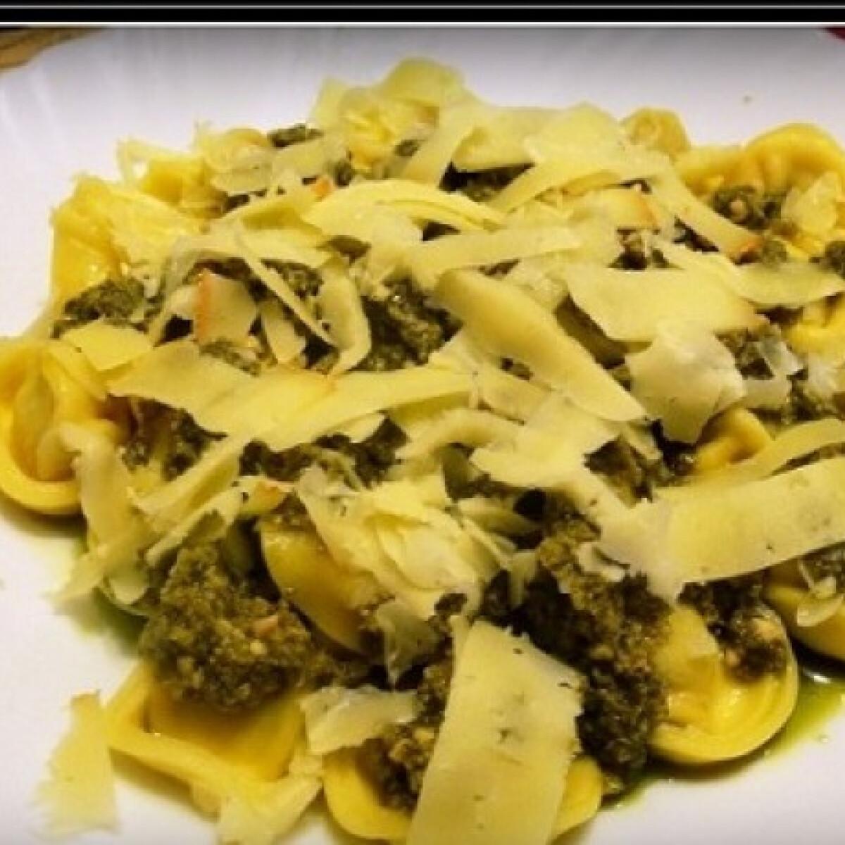 Ezen a képen: Pestos-sajtos tortellini