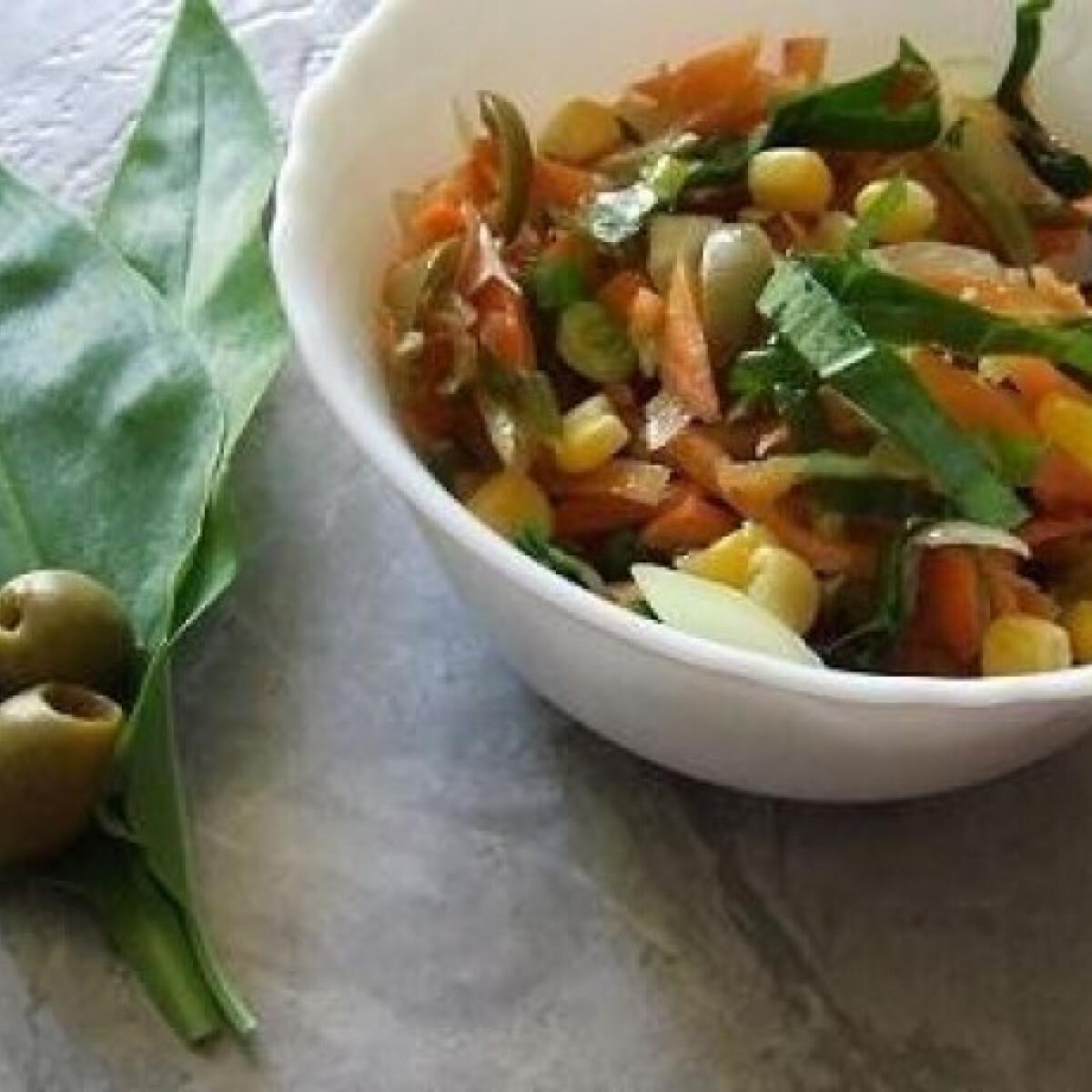 Ezen a képen: Olívabogyós-medvehagymás saláta