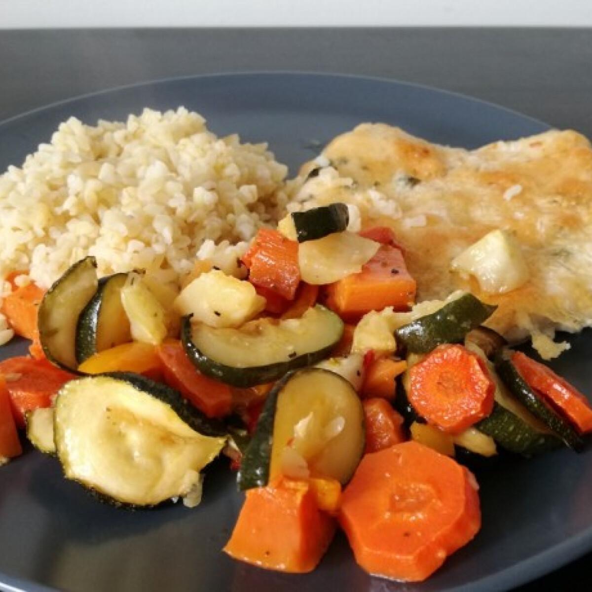 Ezen a képen: Mozzarellás csirkemell sült zöldségekkel és bulgurral