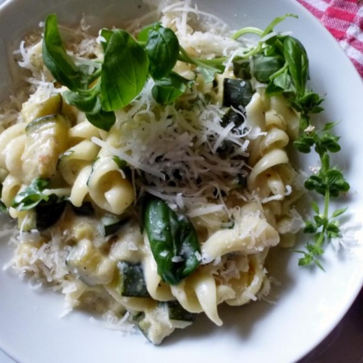 Ezen a képen: Bazsalikomos tészta cukkinis sajtszószban