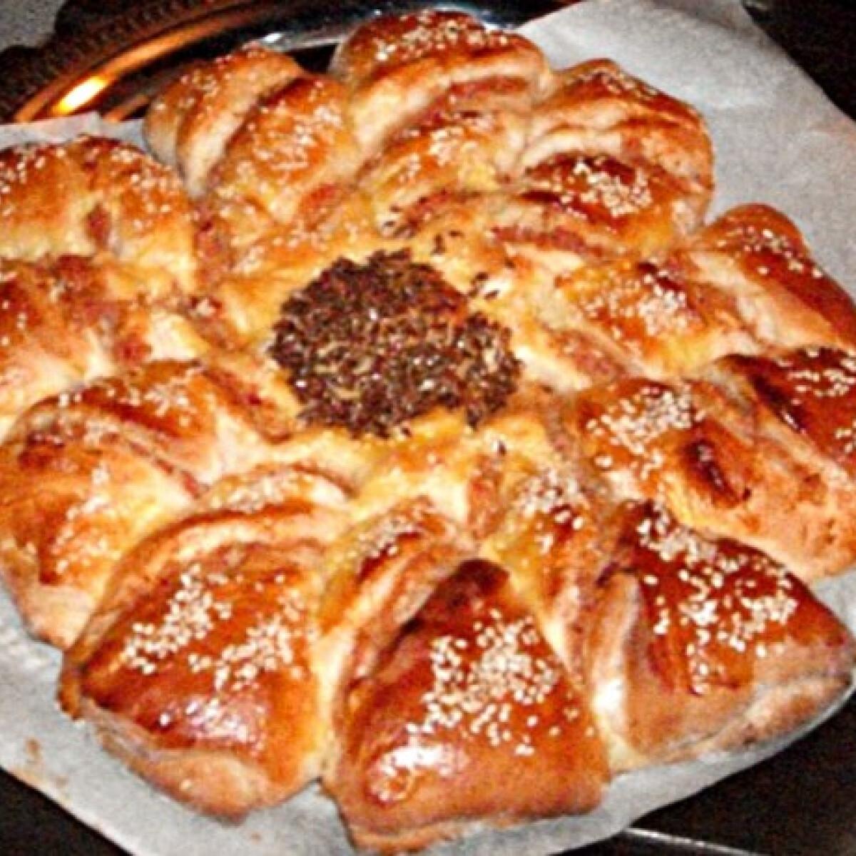 Ezen a képen: Sonkás napraforgó kelt tésztából