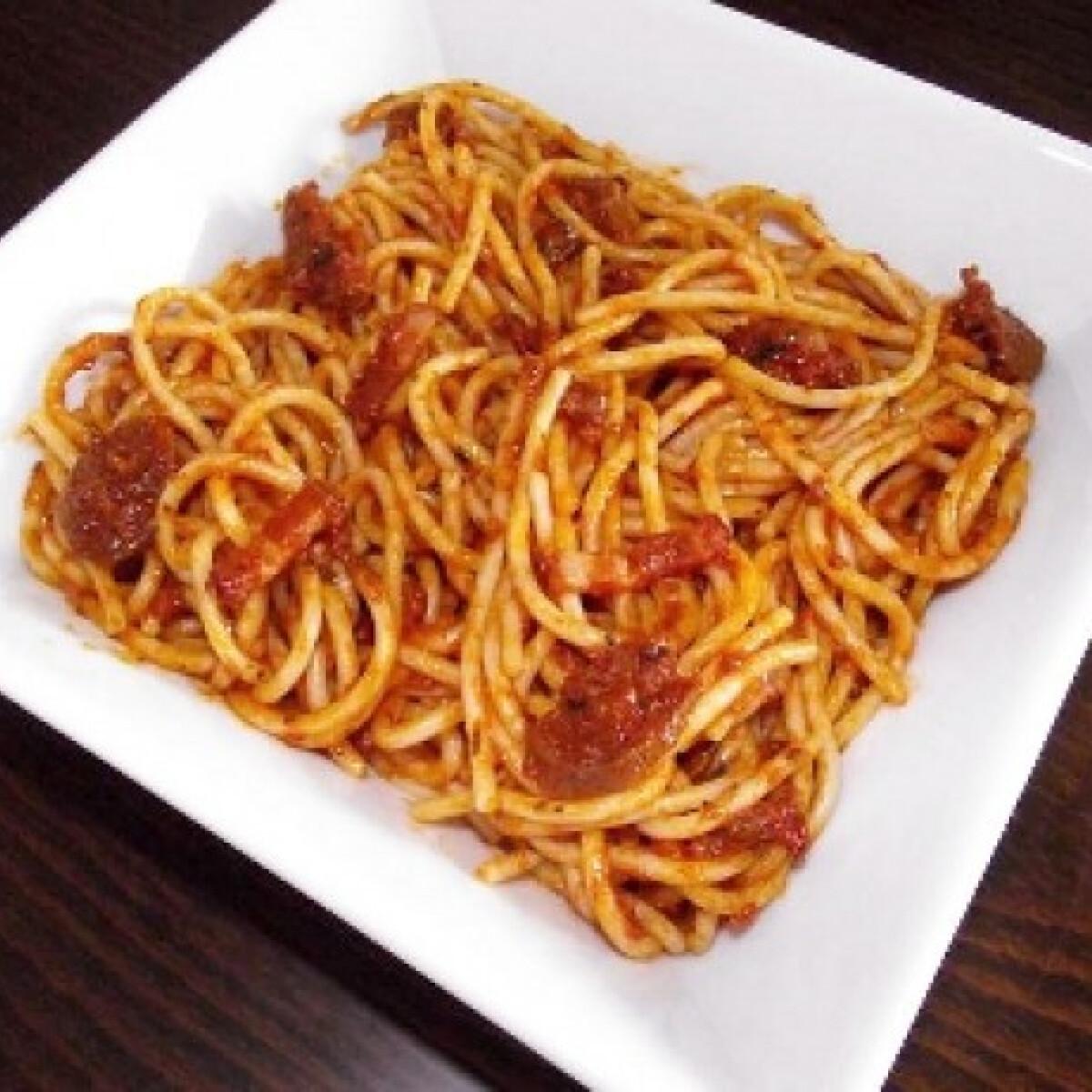 Ezen a képen: Kolbászos-szalonnás spagetti