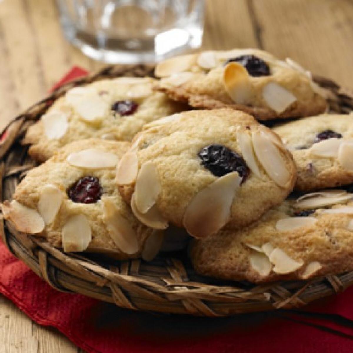 Ezen a képen: Áfonyás fehér csokis és mandulás cookie