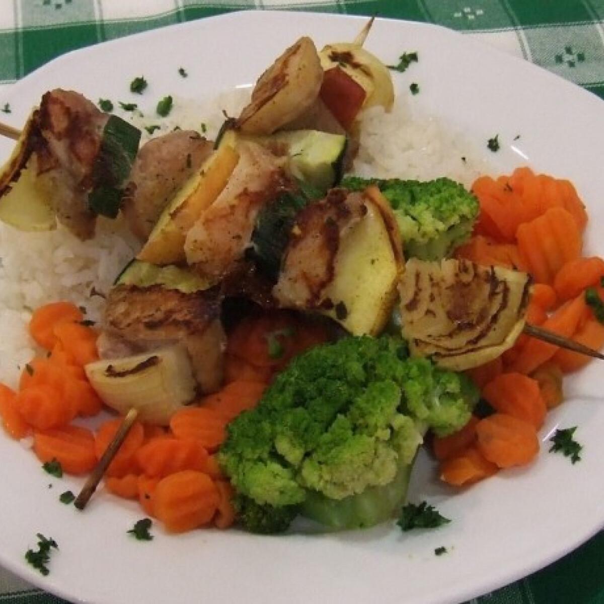 Ezen a képen: Halnyárs zöldségekkel