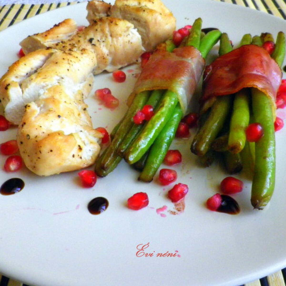 Ezen a képen: Kecskesajttal töltött csirkemell zöldbabbal