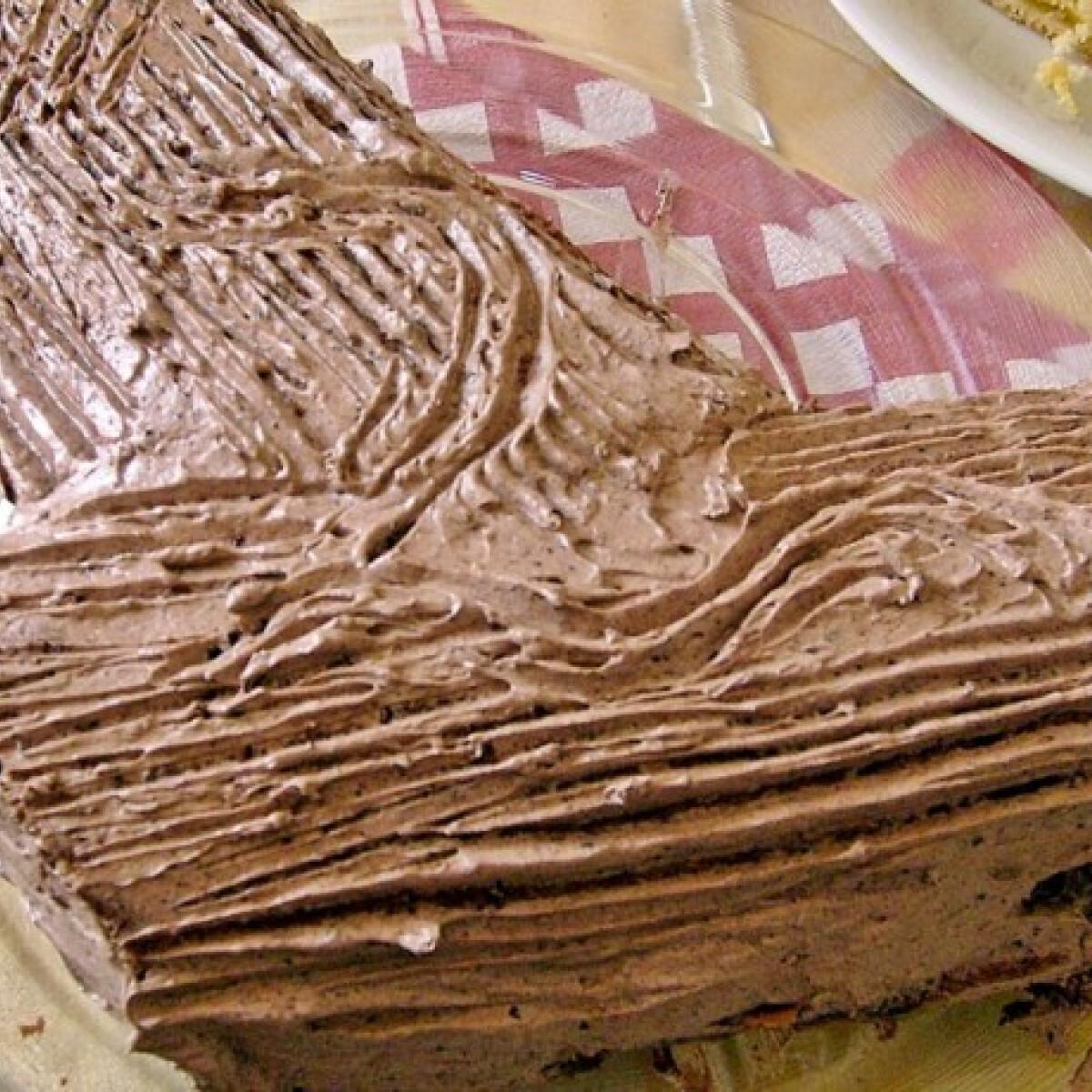 Ezen a képen: Fatörzs torta ahogy kirzsuzs készíti