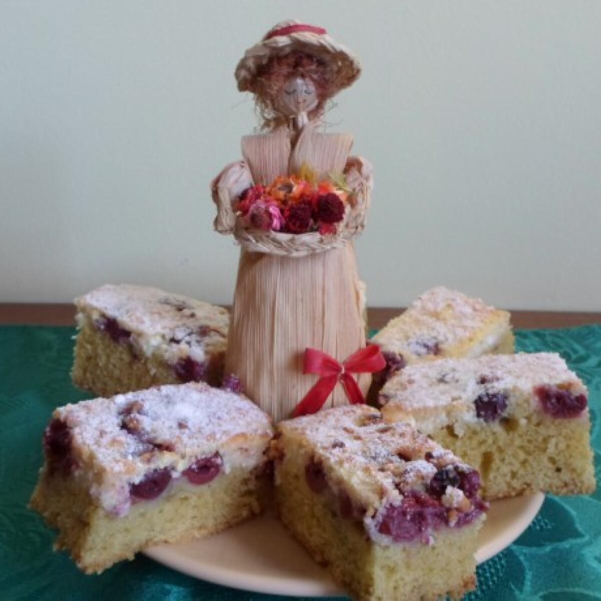 Ezen a képen: Bögrés túrós-meggyes süti