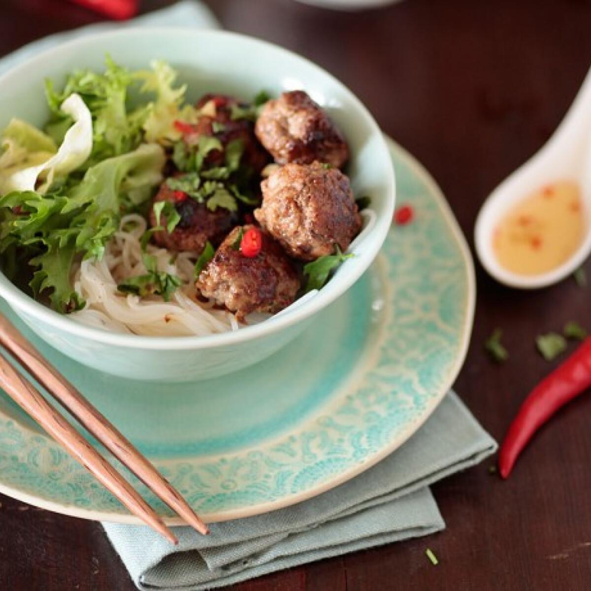 Ezen a képen: Bun cha - a vietnami húsgombócos egytál