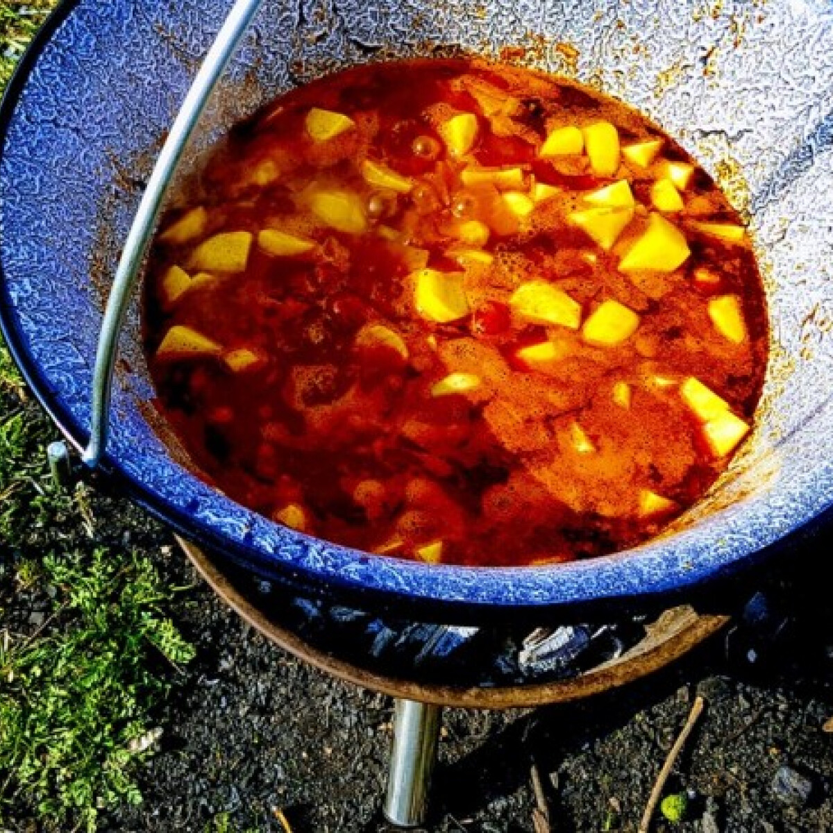 Ezen a képen: Bográcsos paprikás krumpli parázson készítve