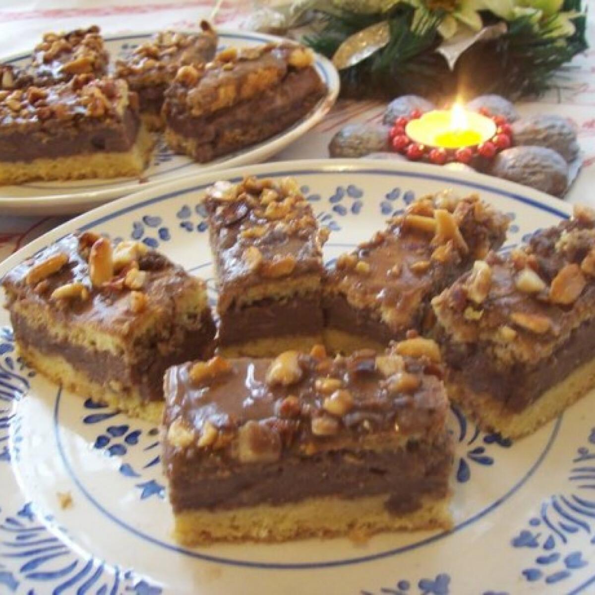 Ezen a képen: Mogyorós-csokoládés sütemény csokidarabokkal és kávéval