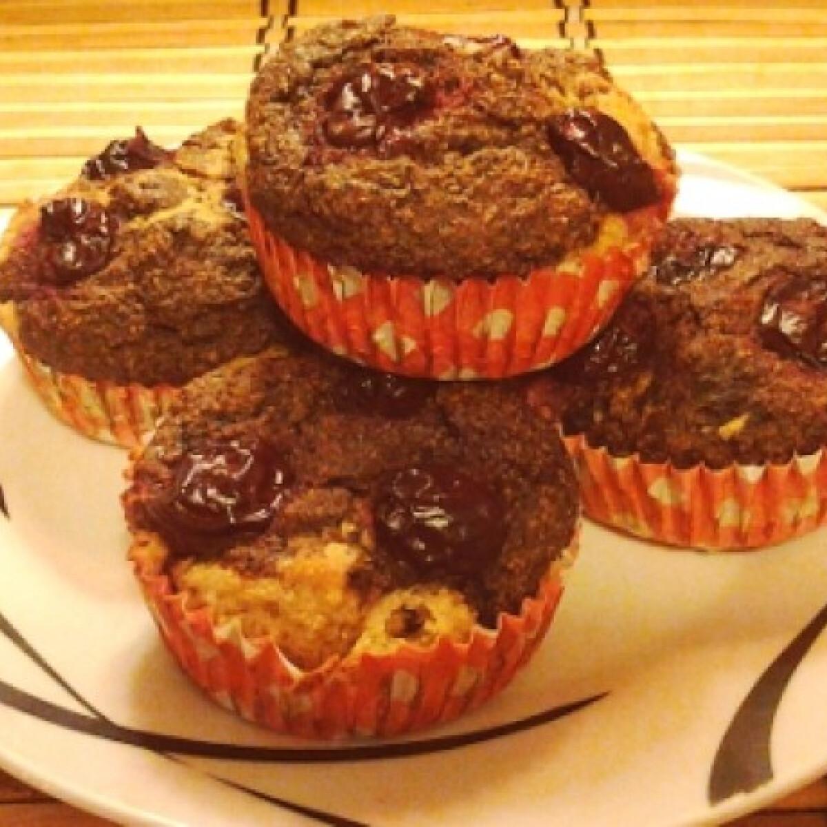 Ezen a képen: Csokis-meggyes muffin liszt és cukor nélkül