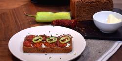 Rusztikus bogyós-paradicsomos kenyér