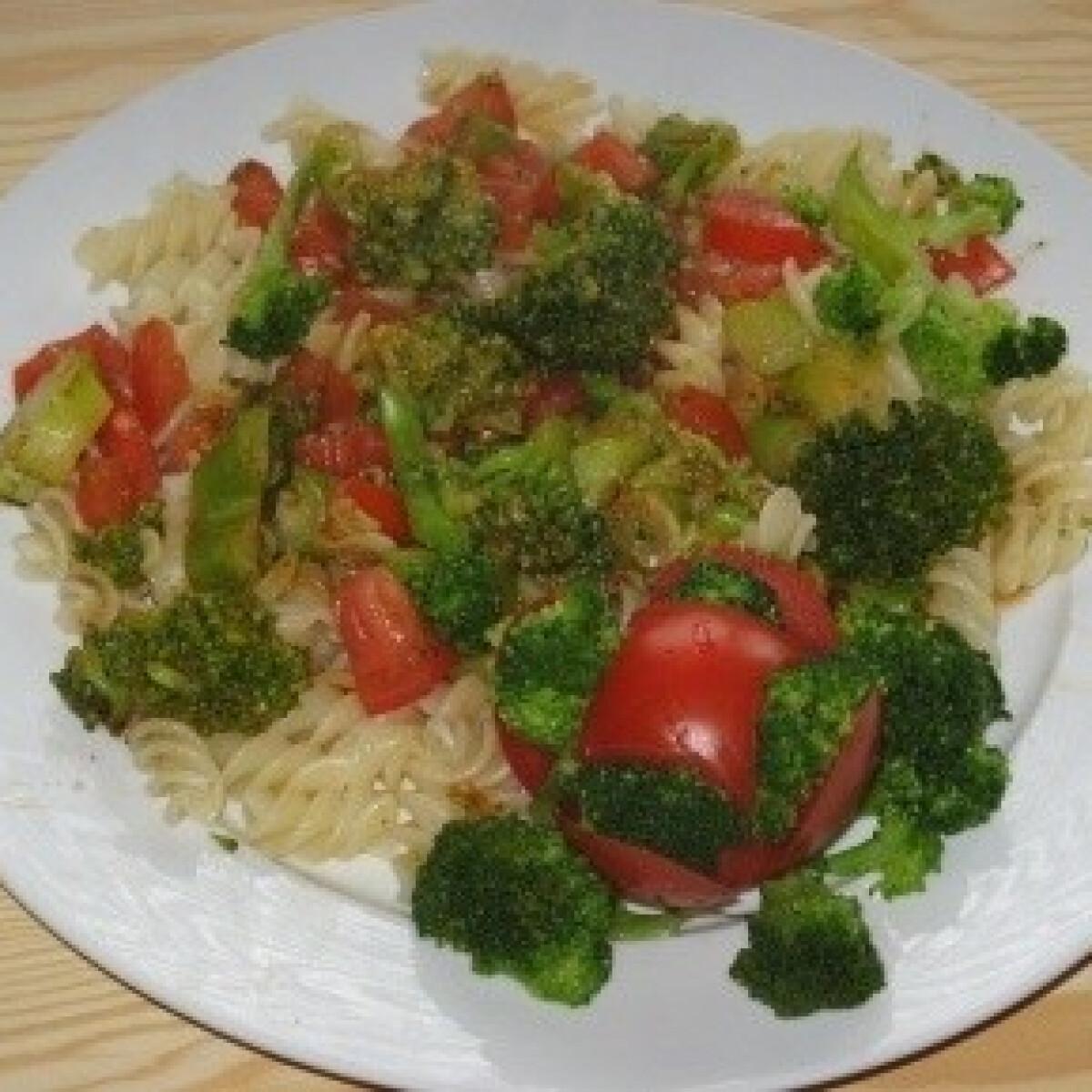 Ezen a képen: Brokkolis-fokhagymás tészta