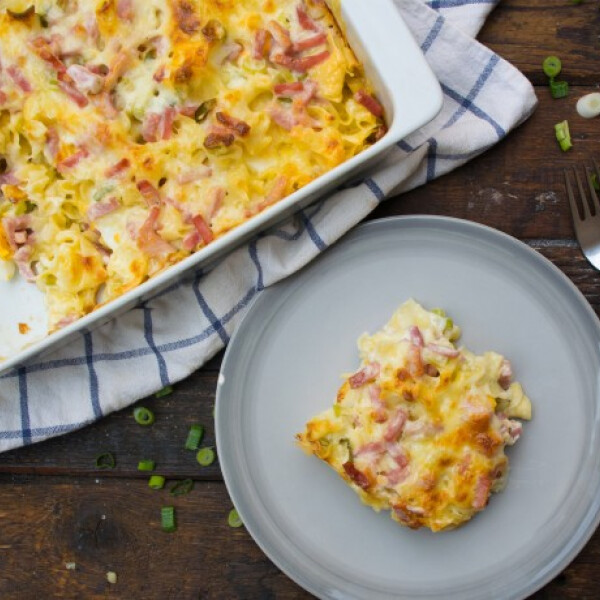 Sonkás-hagymás-tojásos rakott tészta