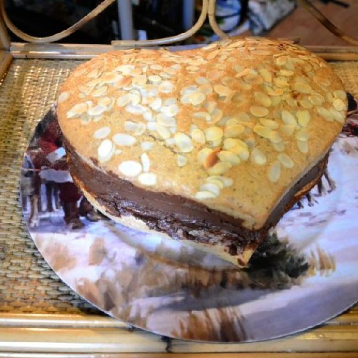 Ezen a képen: Mandulás törökmogyorós torta