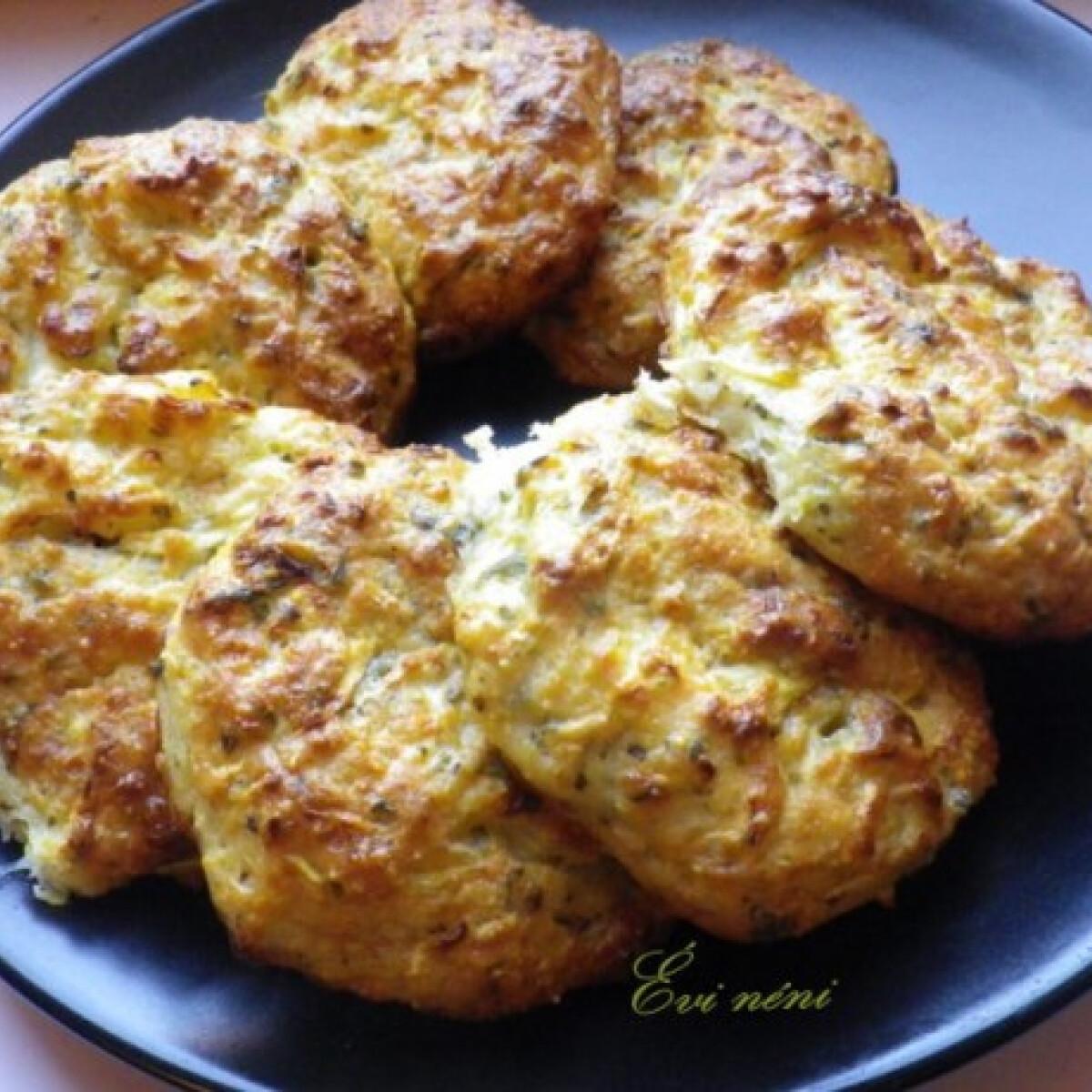 Ezen a képen: Cukkinis-sajtos keksz