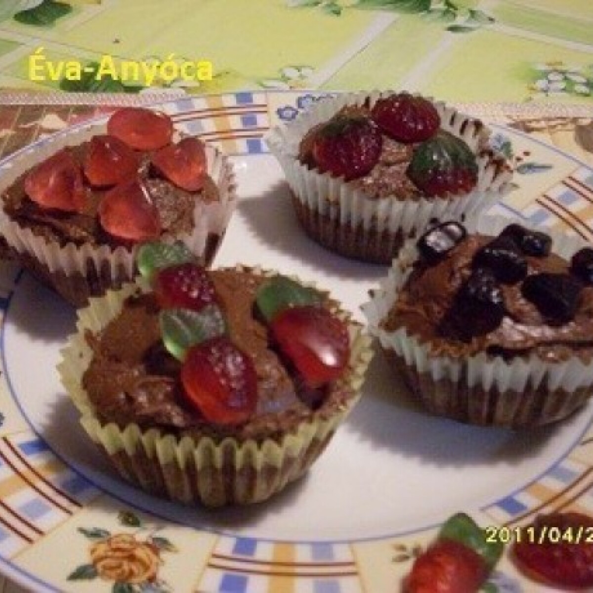 Kakaós muffin gyümölcsös gumicukorral