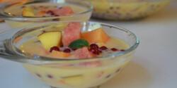 Hideg görög gyümölcsleves tejszínnel
