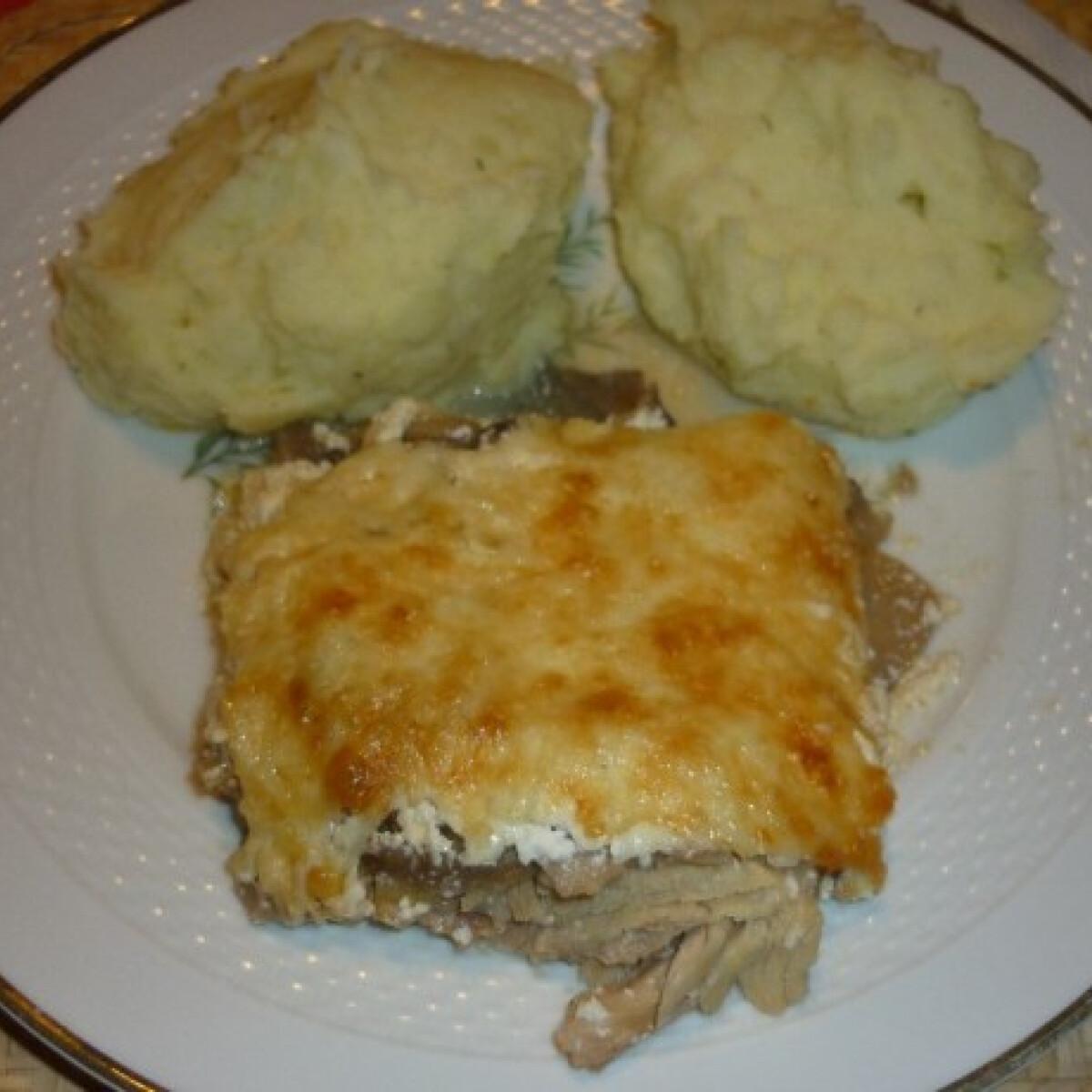 Ezen a képen: Csirke sörben gombával sajttal tepsiben