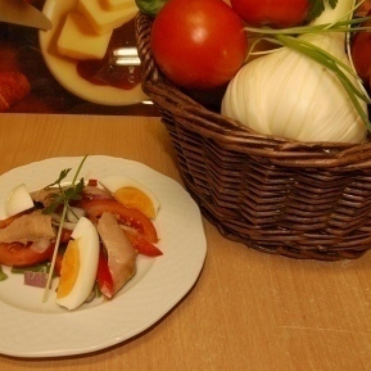 Ezen a képen: Tonhal saláta zöldbabbal és tojással