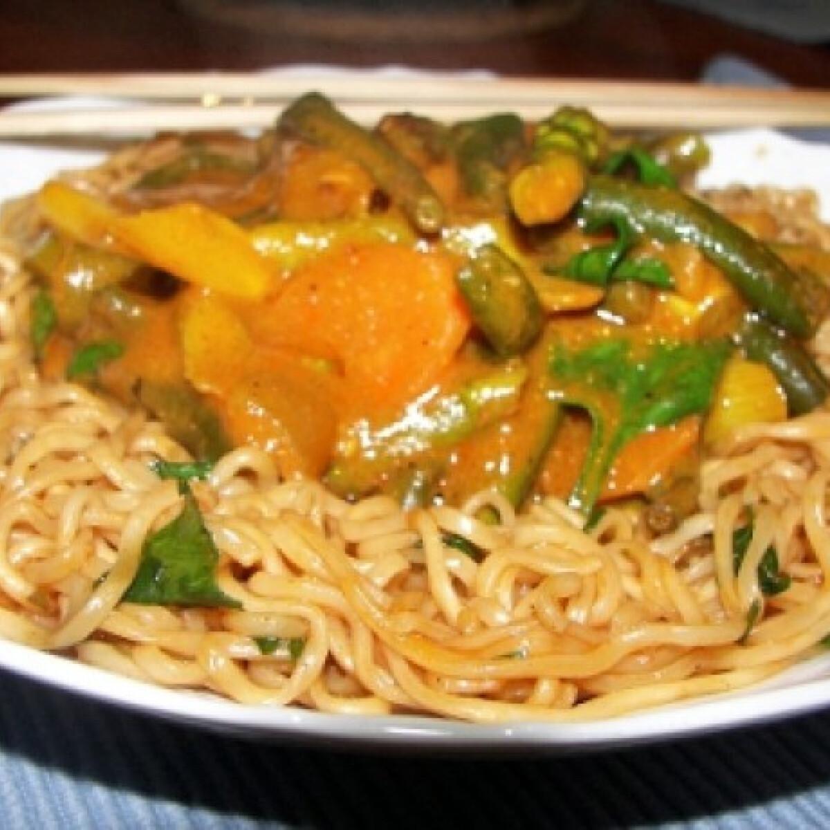 Ezen a képen: Currys-mogyórószószos sült tészta