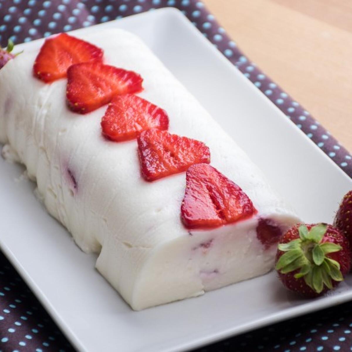 Ezen a képen: Joghurttorta (bármilyen gyümölccsel elkészíthető)