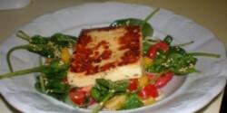 Grillezett haloumi sajt salátaágyon