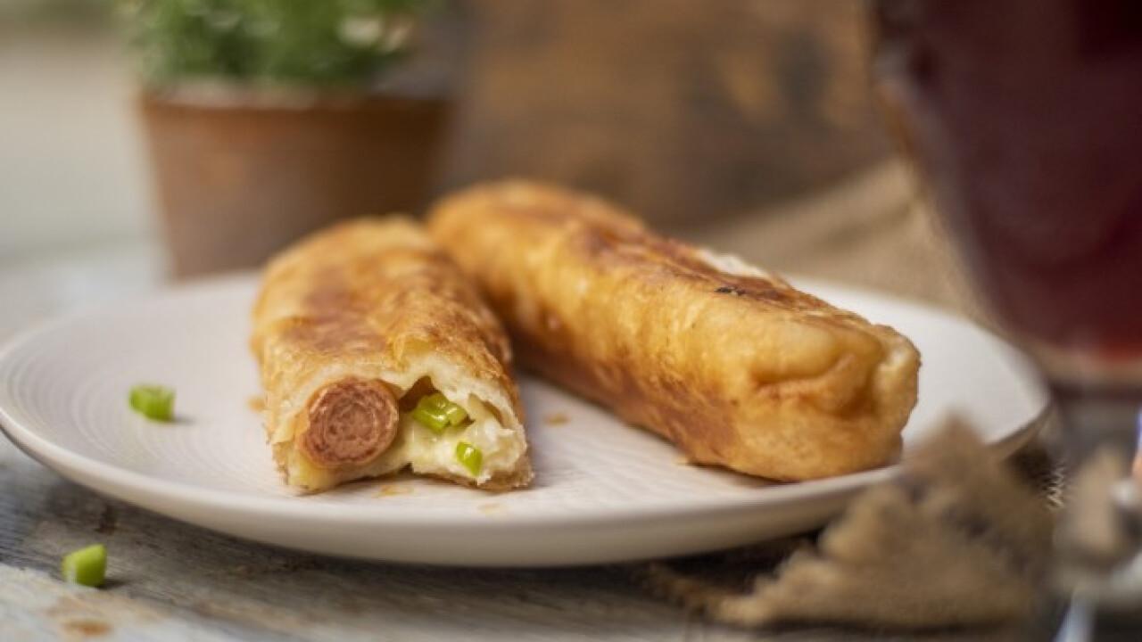 Sajtos-csilis leveles hot dog
