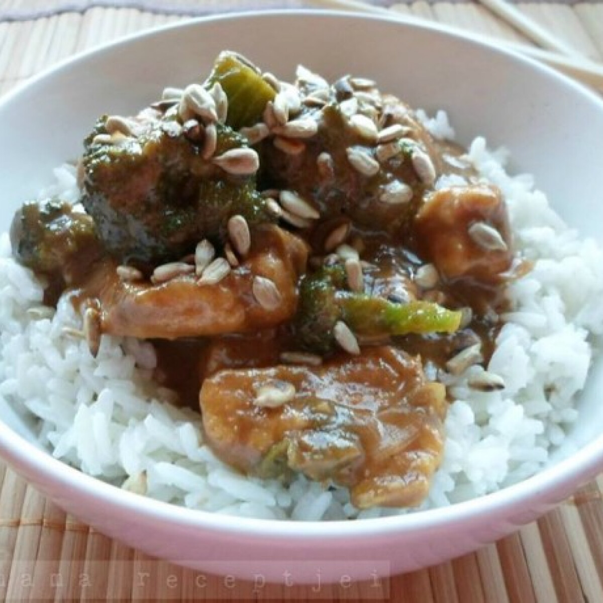 Ezen a képen: Brokkolis csirke kókuszos rizzsel